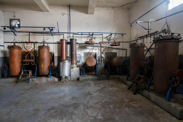 Старые дистилляционные баки для производства aguardiente (алкогольных напитков).
