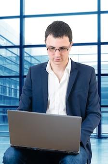 Молодой бизнесмен в очках и ждет, когда самолет, прощаясь в пищевую игру на ai