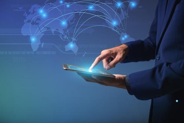 グローバルサイバーネットに接続するタッチスクリーンデバイス、ソーシャルネットワークへのオンラインのビジネスマンaiスマートフォン、データ情報へのデジタルリンク、オンラインのモノのインターネット