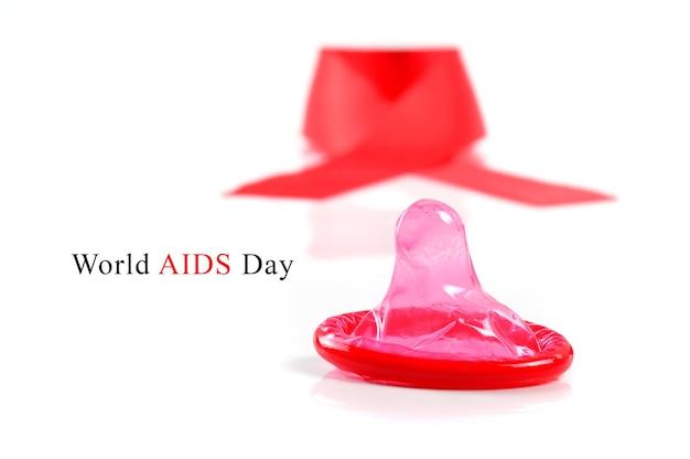 에이즈 리본과 흰색 바탕에 콘돔입니다.