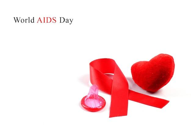 에이즈 리본, 콘돔 및 흰색 바탕에 심장.