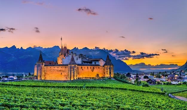 Замок эгль с виноградниками на закате в швейцарии
