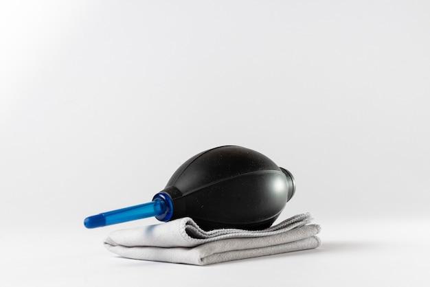 안전한 렌즈 및 센서 청소를위한 송풍기 및 극세사 수건.