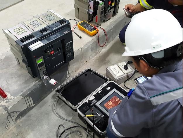 전기 엔지니어에 의한 기중차단기 테스트
