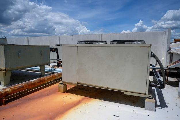 산업 건물 벽 외부의 공기 압축기 공장에 설치된 공기 압축기.