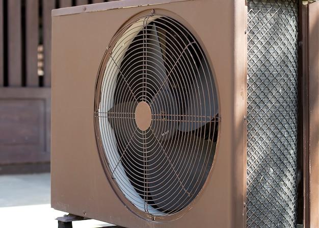 エアコン室外機コンプレッサーは建物の外に設置します。