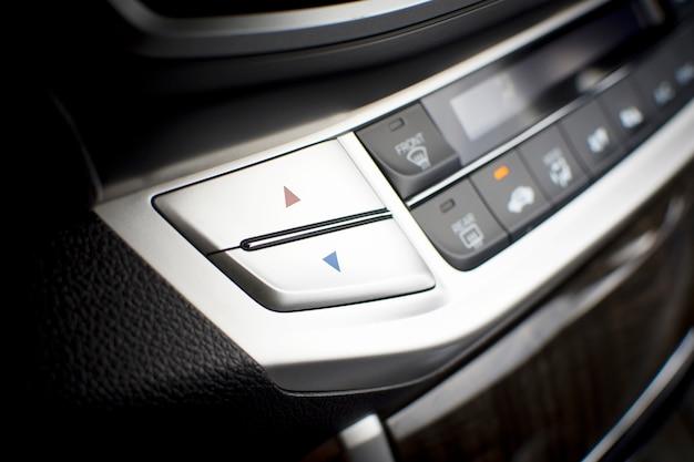 車内の温度調整用エアコンボタン。