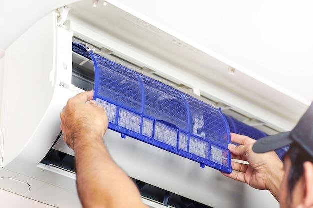 에어컨 청소 기술자 서비스 청소를 위해 에어컨의 에어 필터를 제거