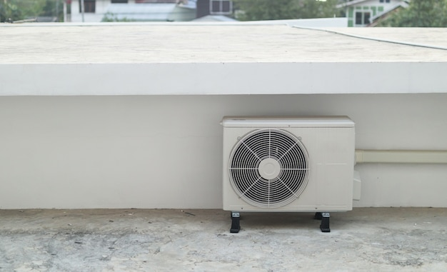 Наружный блок компрессора кондиционера установлен вне здания