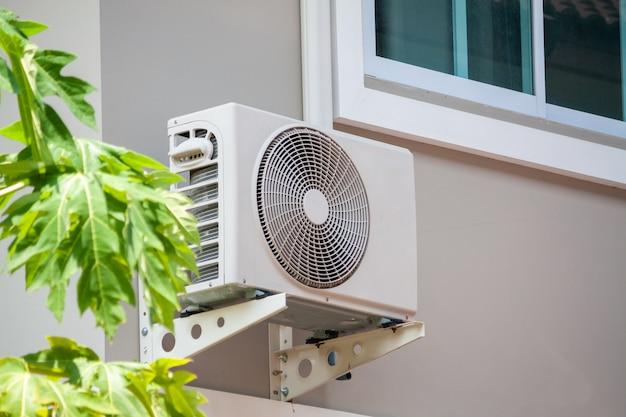 Наружный блок компрессора кондиционера установлен снаружи дома