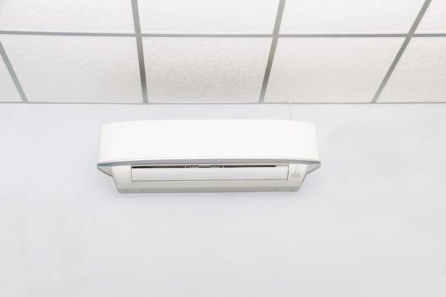 白い部屋の壁の背景のエアコン、エアコン