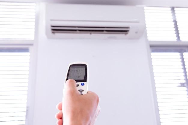 リモコン付きエアコン、室内にリモコンを操作する部屋。