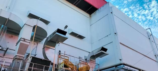 공장의 공기 흐름 시스템. 산업 환기. 제조 건물의 공기 흐름 시스템. 환기 시스템의 스테인레스 스틸 파이프. 냉각 시스템의 공장 공장 기류. 공기 처리 장치.