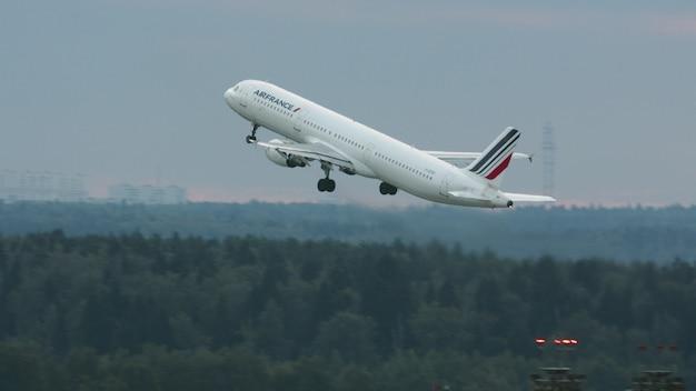 하늘을 오르는 에어 프랑스 비행기 에어 버스