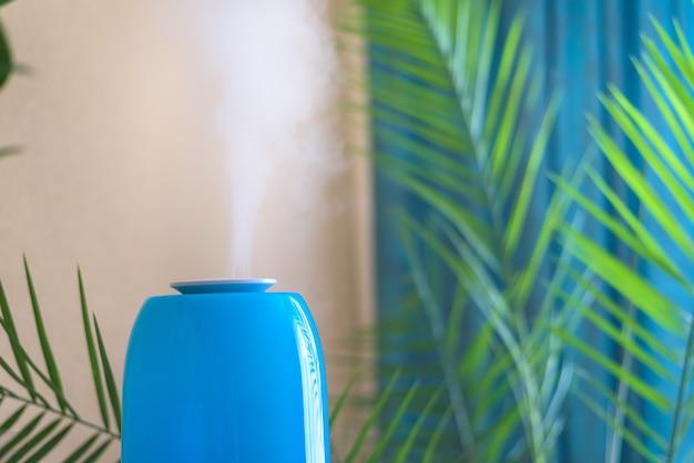 Увлажнитель воздуха используется в помещении для повышения влажности воздуха и здоровья растений и людей. Premium Фотографии