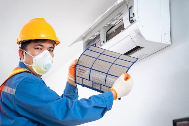 エアコンは、エアコンからほこりがたくさん引っ張られているフィルターを示しています。プロの技術者によるエアコンの掃除のコンセプト