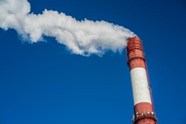Загрязнение воздуха, крупным планом одной большой курительной трубки