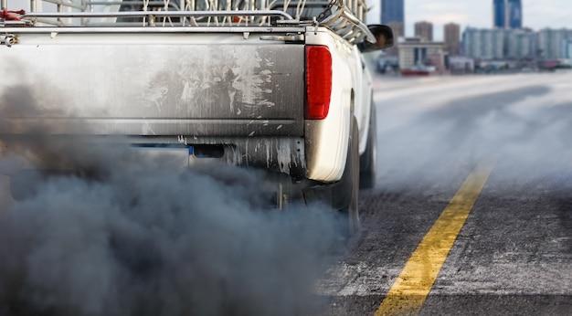 Кризис загрязнения воздуха в городе от выхлопной трубы дизельного автомобиля на дороге