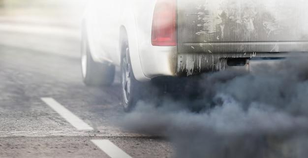 道路上のディーゼル車の排気管からの都市の大気汚染危機