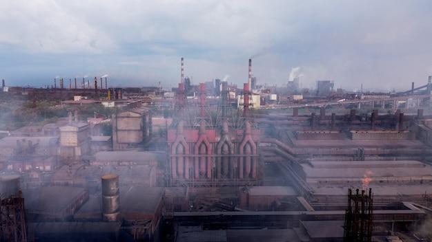 정유 화학 파이프 공장 연기에서 연기 스택에서 대기 오염