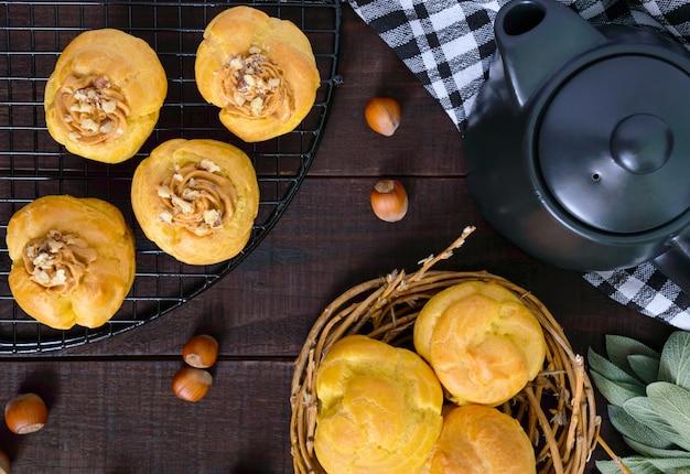 Воздушные профитроли с карамельным кремом с орехами, чайник