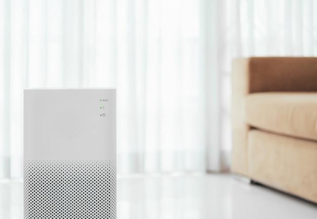 Очиститель воздуха в гостиной, очиститель воздуха от мелкой пыли в доме. концепция защиты pm 2.5 от пыли и загрязнения воздуха