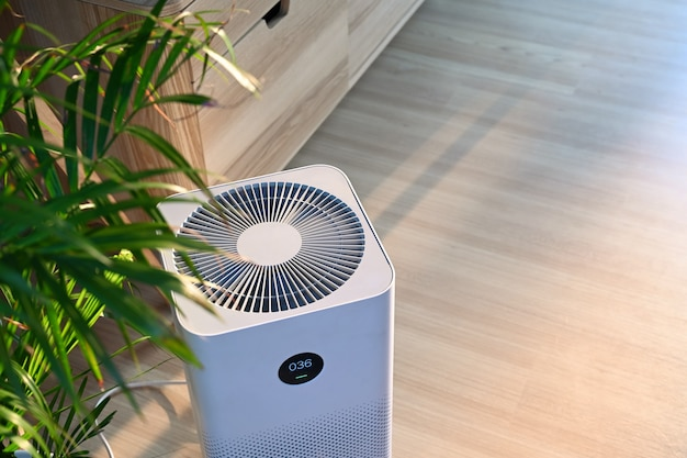 집에서 나무 바닥에 공기 청정기.