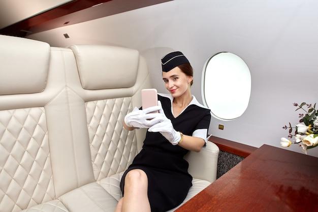 항공기 내부의 객실에있는 항공 스튜어디스.