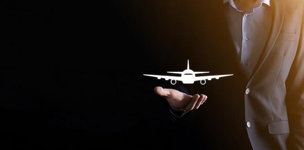 航空券の予約またはオンライン旅行保険の概念、飛行機のシンボルを保持しているビジネスマン