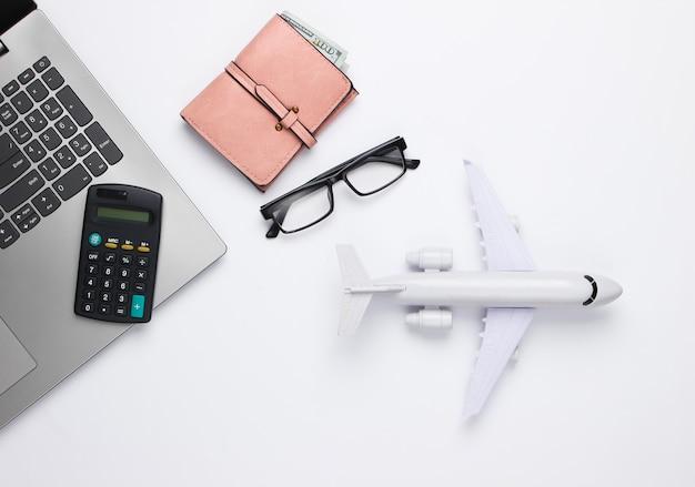 Авиаперевозки, расчет стоимости перелета или путешествия. Premium Фотографии