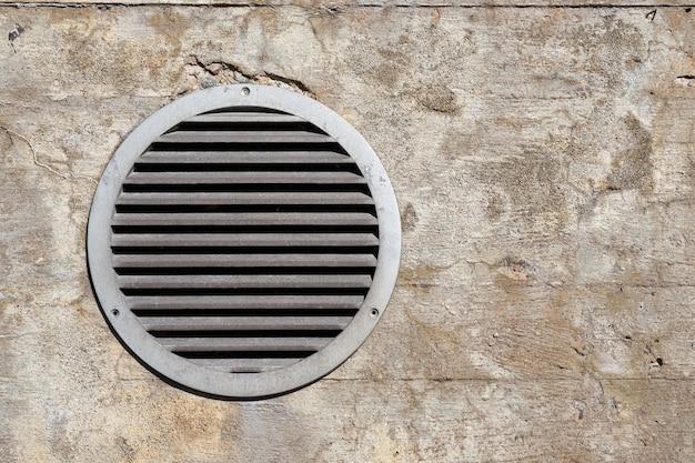 Вентиляция воздуха на стене