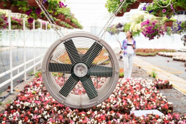 温室内の新鮮な空気を吹き込み、温度を低く保つ換気システム。ファンに焦点を当てます。