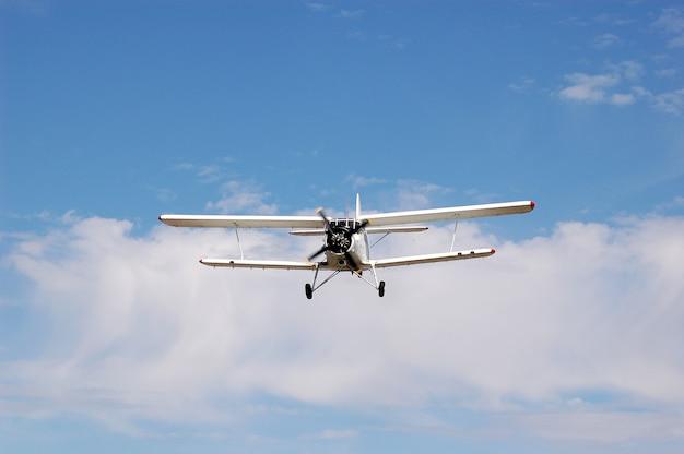 Самолет сельскохозяйственной авиации ан-2 в полете.