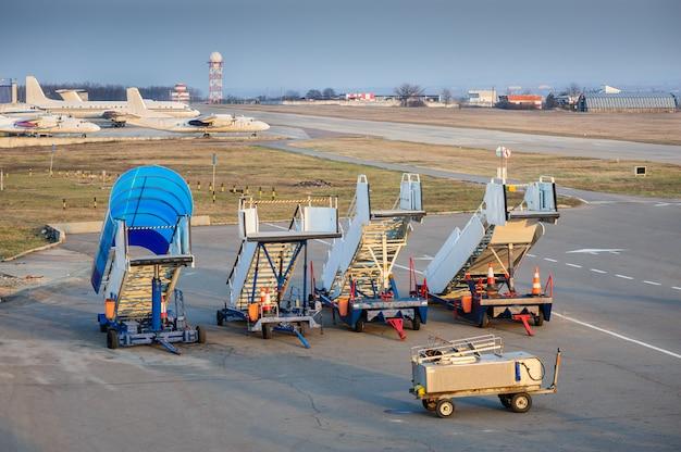 Aircraft boarding bridges