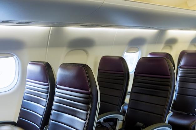 Салон самолета эконом-класс кресла слева во встроенных креслах.