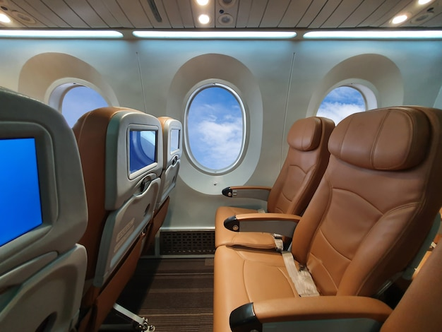 Кресло самолета за строкой внутри самолета