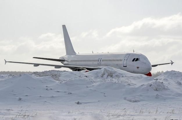 吹雪の後、雪に覆われた航空機。