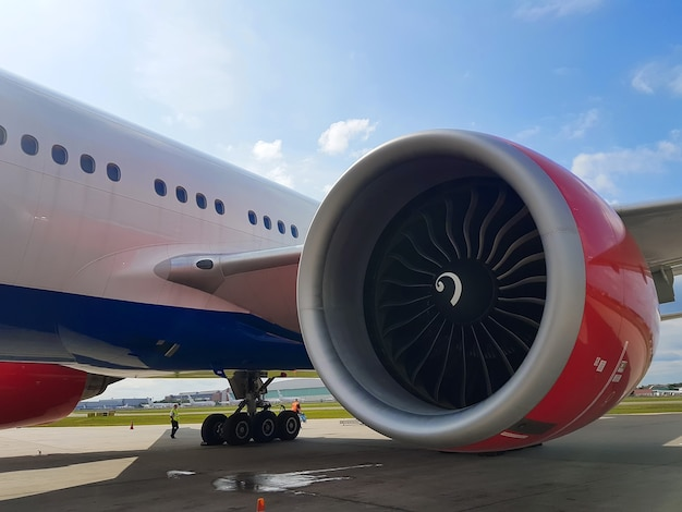 空港のクローズアップでの航空機エンジン。