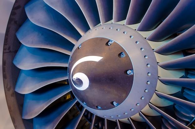 航空機のエンジンをクローズアップ。ブレード、ファン産業の建設。