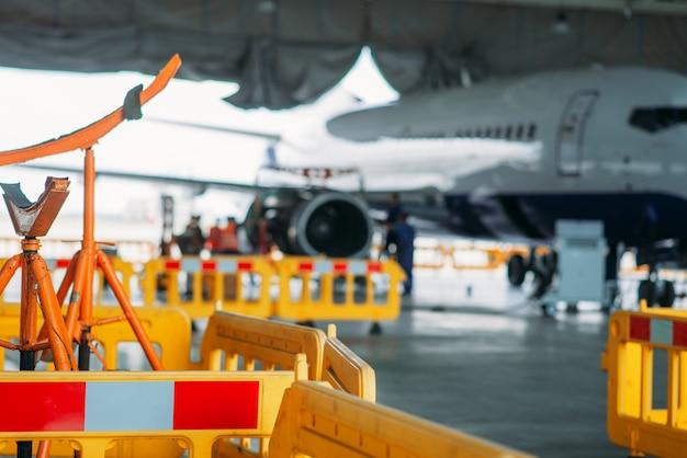 格納庫での航空機エンジンのメンテナンス、修理