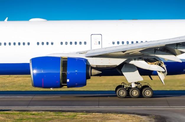 Авиационный двигатель на взлетно-посадочной полосе перед взлетом в аэропорту