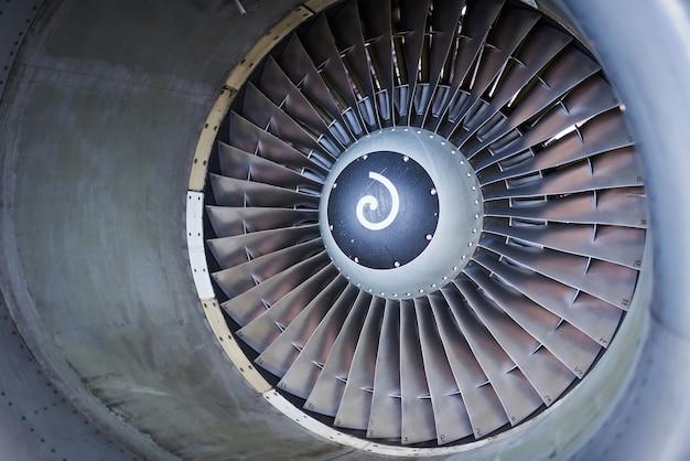 항공기 엔진 서비스-주차 된 항공기의 대형 엔진 패널이 열립니다. 아무도