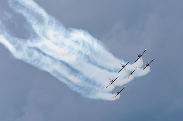 航空機の戦闘機は空の雲の背景を吸います。