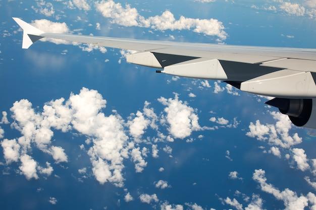 Вид из окна иллюминатора самолета