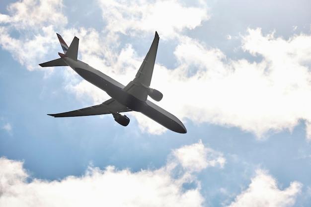 下から曇り空の前の航空機。