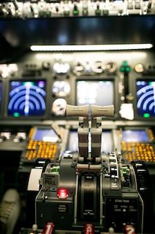 Интерьер самолета, вид из кабины авиалайнера.