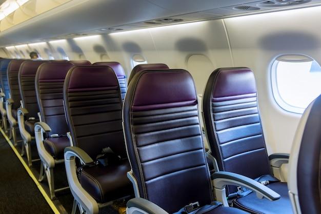 Интерьер самолета. салон современного пассажирского самолета. сиденья и окно самолета.