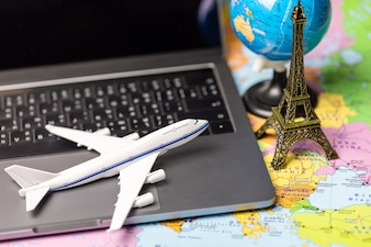 航空機のモデルと地球上の地図。旅行のコンセプト(このイメージの要素は、b