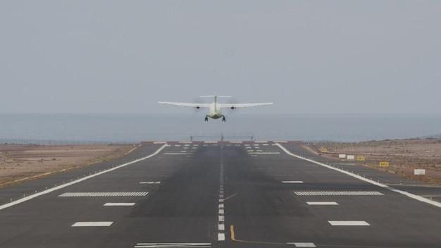 바다로 활주로에서 이륙하는 항공기
