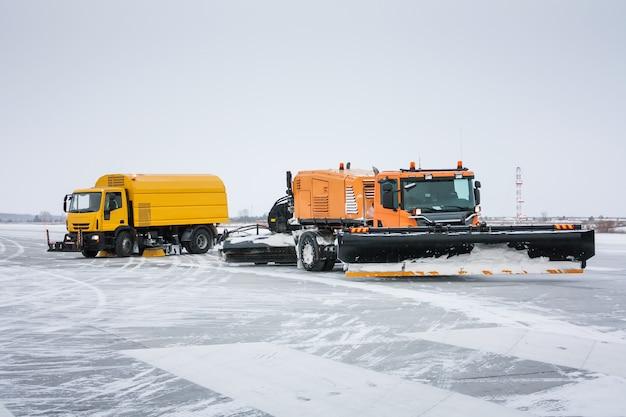 Аэродромная подметально-вакуумная машина и универсальная уборочная машина снегоуборочная машина на зимней взлетно-посадочной полосе